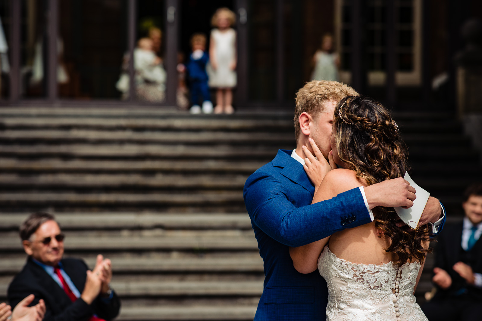 first kiss trouwceremonie kasteel bruiloft